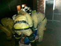 Четыре звена пожарных и спасателей организовали эвакуацию 16 человек, заблокированных в охваченном дымом здании. Беспомощных стариков выносили на балкон второго этажа, а оттуда их спускали вниз на мягких носилках
