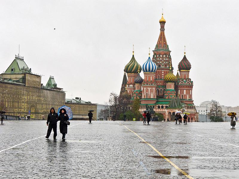 На снимках, в частности, запечатлена Красная площадь с храмом Василия Блаженного