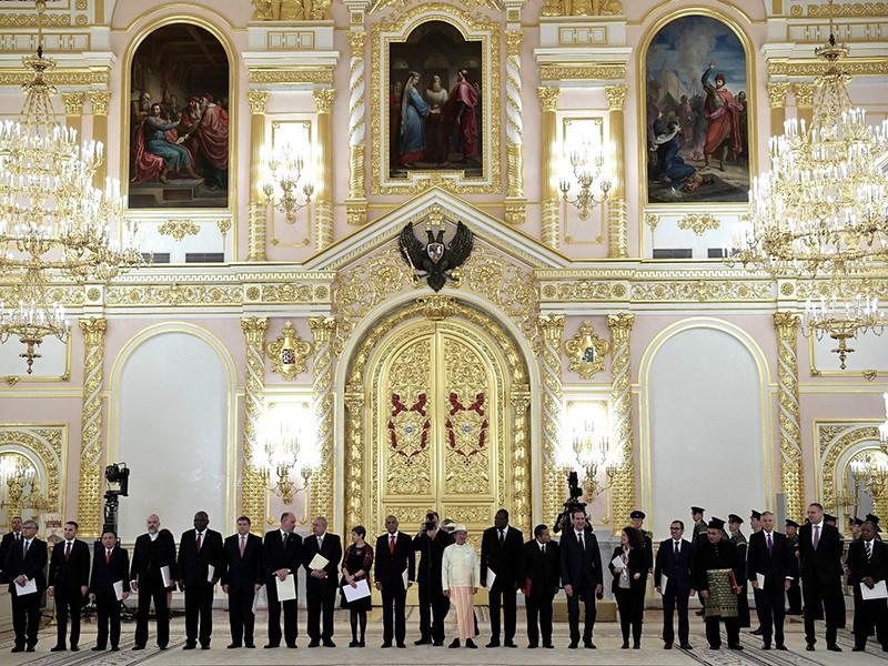 Президент России Владимир Путин принял верительные грамоты у 20 новых послов в РФ, включая главу дипломатического представительства США Джона Хантсмана