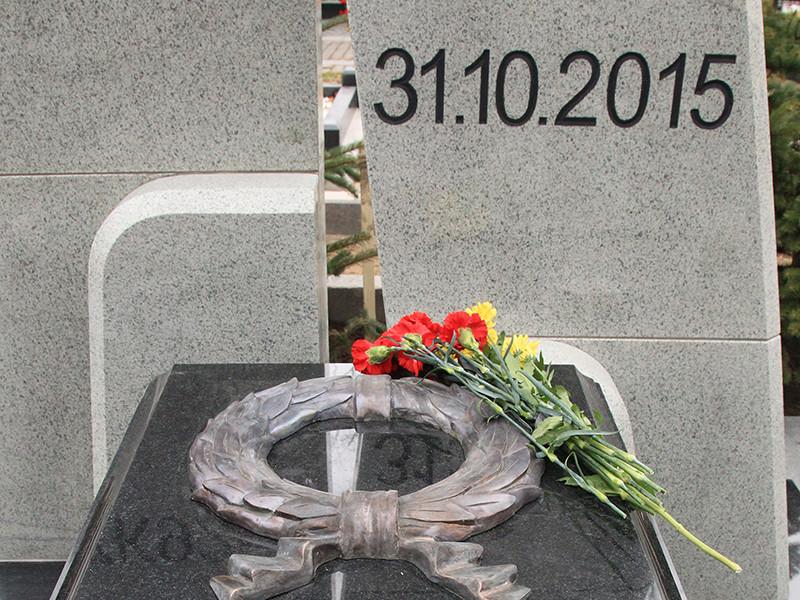 На открытии собрались сотни людей. Среди них - родные и близкие погибших в авиакатастрофе. Держа у груди фотографии жертв теракта, они возложили цветы и венки к памятнику