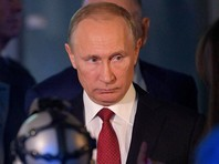 Выслушав пояснения организаторов экспозиции, Путин сделал выбор, отметил на экране любовь, доброту и милосердие. Отметим, что в прошлогоднем интервью Bloomberg Путин говорил, что главные качества россиян - это открытость и стремление к справедливости