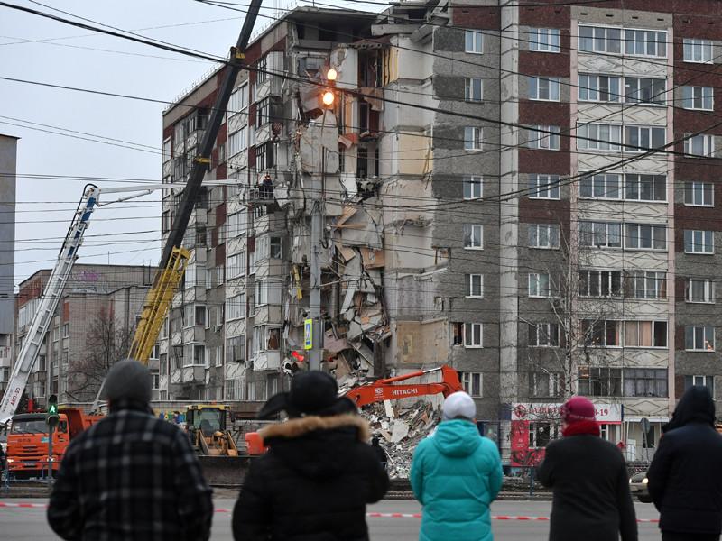 Угловой подъезд панельного, 9-этажного, 6-подъездного жилого дома в Ижевске по ул.Удмуртская, 261 обрушился днем 9 ноября с первого по девятый этажи