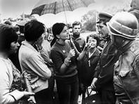 В дни событий 1968 года в Чехословакии. Советские военнослужащие с жителями Праги
