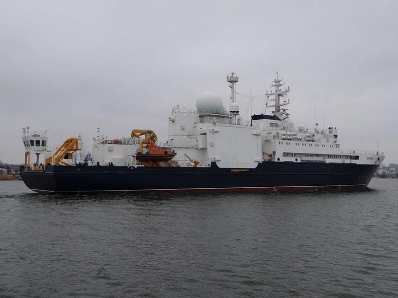 """Российские спасатели не могут начать поиски затонувшей подлодки """"Сан-Хуан"""" - мешают большие волны и сильный ветер. На фото: океанографическое исследовательское судно """"Янтарь"""""""