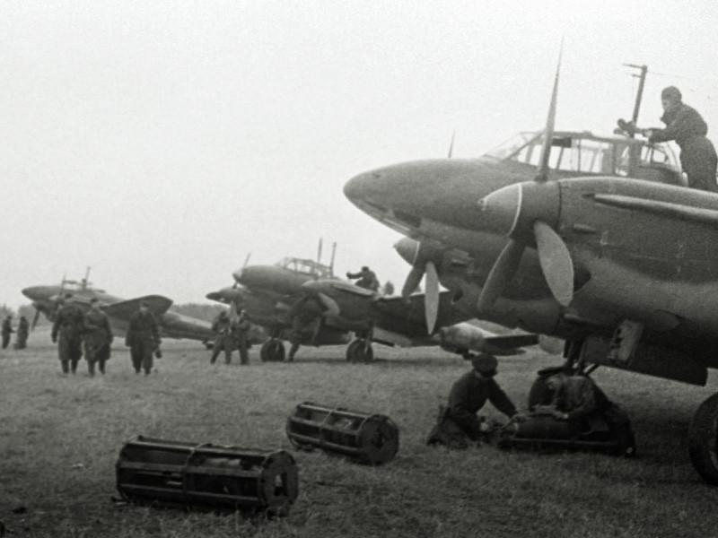 Пикирующие бомбардировщики Пе-2 готовятся к вылету на боевое задание. Калининский фронт.