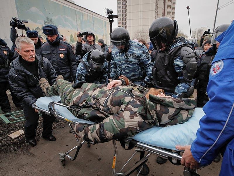 Во время стычки с полицейским участница акции потеряла сознание. Ее увезла машина скорой помощи