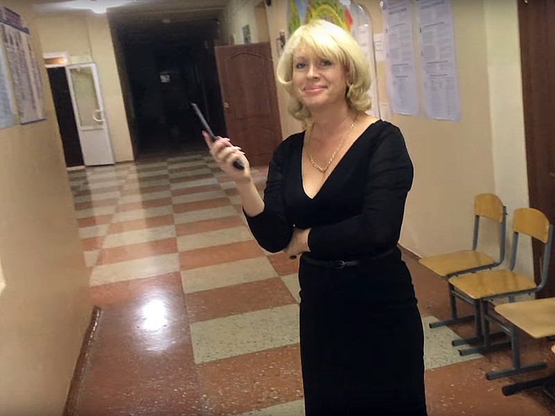 Из саратовской школы N 56 уволили директора Марину Радаеву, которая кривлялась и скандалила в единый день голосования 10 сентября