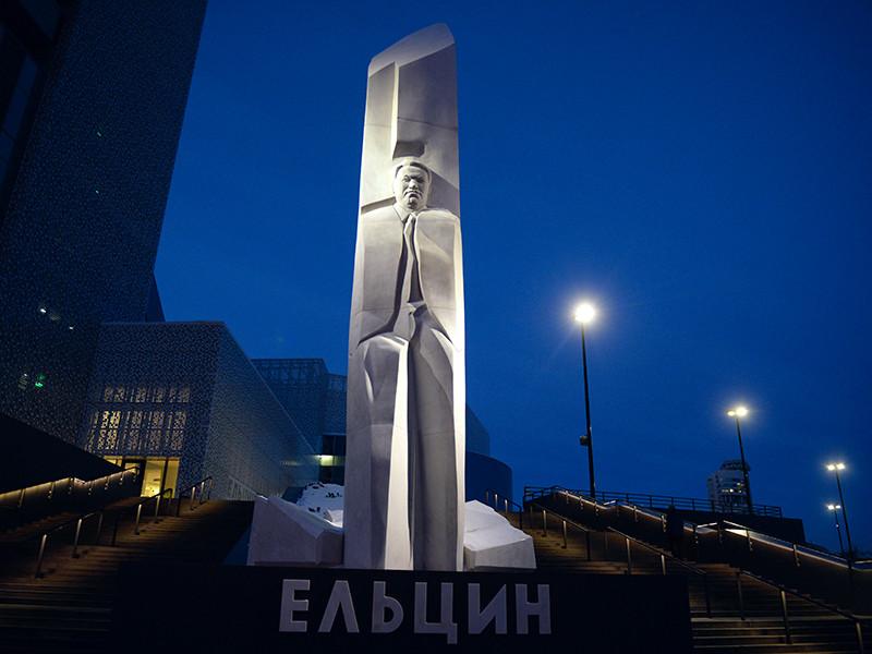 В отношении задержанного за попытку поджога памятника Борису Ельцину в Екатеринбурге также возбуждено административное дело по статье 18.8 часть 1.1 КоАП РФ - нарушение режима пребывания на территории Российской Федерации
