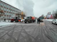 В Красноярске авария на теплосетях: автомобиль с беременной женщиной провалился в яму с горячей водой