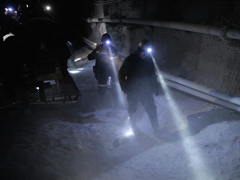 """Спасатели пробились к горнякам, заблокированным в шахте """"Есаульская"""""""