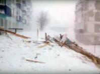 Циклон принес с собой сильные разрушения. СМИ сообщают о сорванных с домов крышах, выбитых окнах, поваленных новогодних елках, десятках застрявших в снежных заносах автомобилях