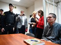 Улюкаев, которого привезли на заседание суда, где прокурор должен огласить желаемое  наказание, подтвердил, что начал писать книгу