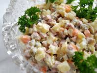 Ученые в преддверии Нового года предложили россиянам отказаться от огурцов и колбасы в оливье