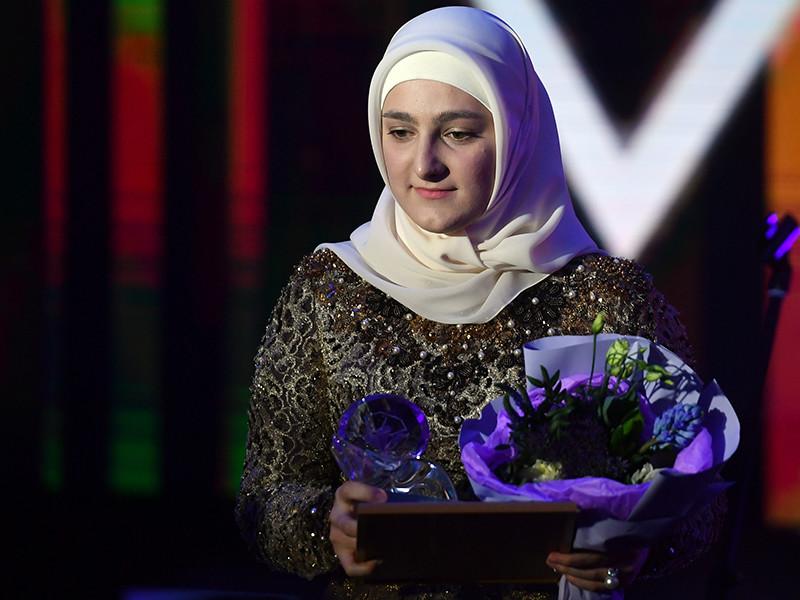 Дочь главы Чеченской республики Рамзана Кадырова Айшат, возглавляющая созданный ее матерью модный дом Firdaws, была отмечена в рамках ежегодной церемонии вручения наград мира моды Fashion New Year Awards 2018
