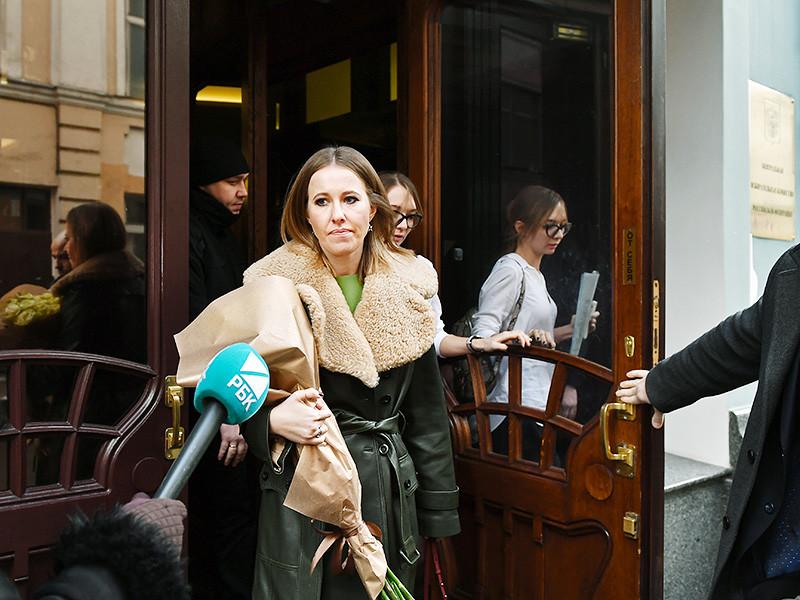 Телеведущая Ксения Собчак принесла в понедельник, 25 декабря, в Центральную избирательную комиссию (ЦИК) документы для подтверждения своего участия в предстоящих выборах президента России. Представители ЦИК эти документы приняли