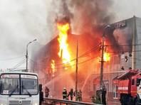 """В Оренбурге в субботу сгорел торговый центр """"Мега мир"""", который горожане называют """"вьетнамским рынком"""". Здание горело по всей площади в 1500 кв. м, у него частично обрушилась кровля. Жертв не было, пожарные успели вывести наружу около 40 человек"""