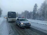 """Из занесенной снегом """"пробки"""" под Челябинском эвакуировали два автобуса с детьми"""