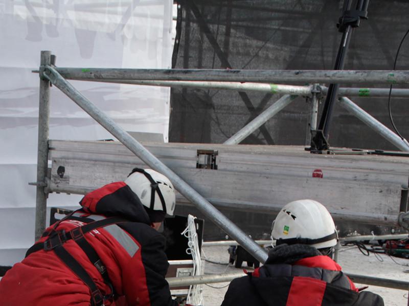 Несмотря на потерю части оборудования, ее смонтировали. Однако рано утром 3 декабря полицейские сцену разобрали и увезли