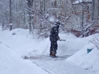 В столице Бурятии Улан-Удэ жителей штрафуют за расчистку снега у своих домов - местные власти говорят, что они должны его не отбрасывать в сторону, а вывозить прочь, в специально отведенные места