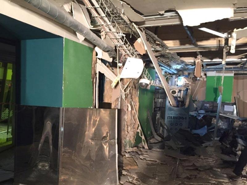 """Взрывное устройство с поражающими элементами сработало в среду, 27 декабря, на первом этаже развлекательного центра """"Гигант холл"""" на Кондратьевском проспекте возле камер хранения магазина """"Перекресток""""."""