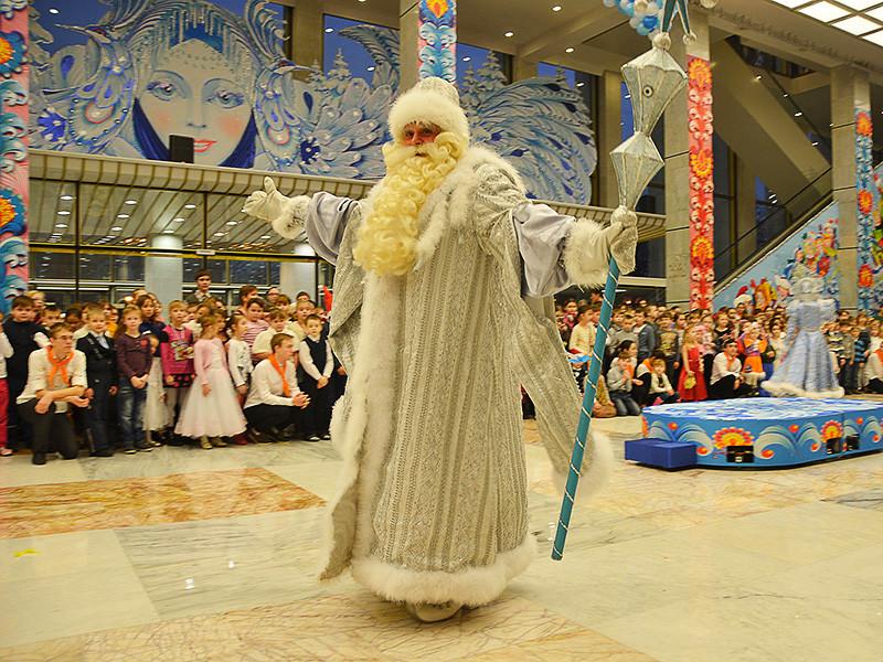 Президент РФ Владимир Путин может вместе с пятью тысячами детей со всей России принять участие в общероссийской новогодней елке в Кремле 26 декабря. В последний раз он принимал участие в утреннике в 2004 году