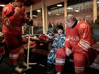 Путин играет в хоккей уже несколько лет. Тренировки президента на льду обычно проходят поздно вечером, нередко за полночь, по завершении рабочего дня