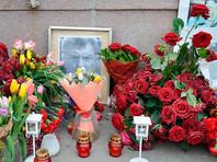 """Коммунальщики забрали цветы и личные вещи активистов, дежуривших у мемориала """"Немцов мост"""""""