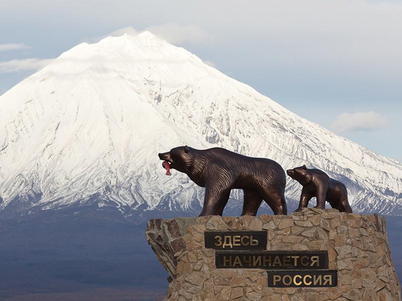 """Скульптурная композиция """"Здесь начинается России"""" была установлена в 2011 году и с тех пор стала визитной карточкой полуострова. Она изображает медведицу с медвежонком"""
