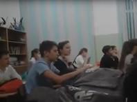 """Учеников средней общеобразовательной школы N11 города Краснодара педагоги заставляли петь песню """"Дядя Вова, мы с тобой"""", в которой говорится о готовности умереть за """"главного командира"""" в последнем бою, сообщает издание """"Голос Кубани"""""""