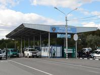 Российские пограничники задержали в Крыму украинца, которого разыскивали с октября 2017 года по подозрению в надругательстве над флагом и гербом России. Задержанному грозит до года тюрьмы