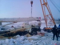"""Иркутские спасатели подняли со дна Лены автокран, застрявший в """"подводном автопарке"""" (ВИДЕО)"""