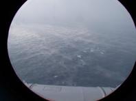 В настоящее время погода в районе поиска неблагоприятная, температура воздуха - 15 градусов мороза, ветер до 17-20 м/с, высота волн - 4-6 метров, видимость - 300 метров