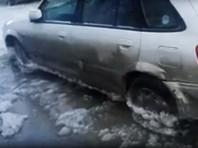В Омске коммунальщикам пришлось отогревать машины, вмерзшие в лед, который образовался из-за аварии на водопроводе. Инцидент произошел накануне, 22 января