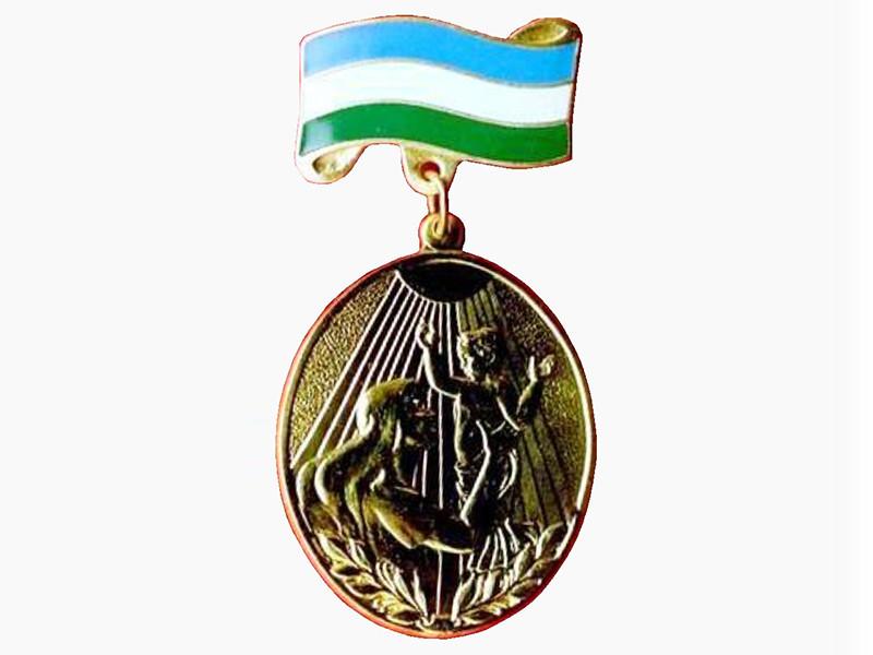 Мать восьмерых детей из Уфы Юлия Вольф вернула главе Башкортостана Рустэму Хамитову медаль материнской славы