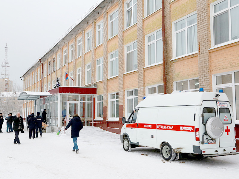 Автомобиль скорой помощи у школы № 127 в Перми. 15 января двое школьников пришли в школу №127 с ножами и нанесли ножевые ранения 11 учащимся и учителю школы