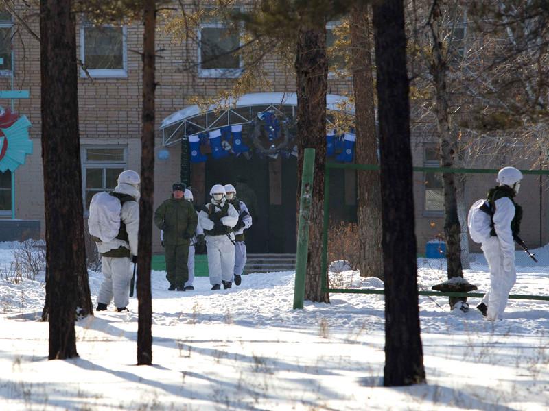 В пятницу, 19 января, в поселке Сосновый Бор, входящем в городской округ столицы Бурятии Улан-Удэ, девятиклассник напал с топором на учеников седьмого класса в школе N5 и поджег учебное заведение