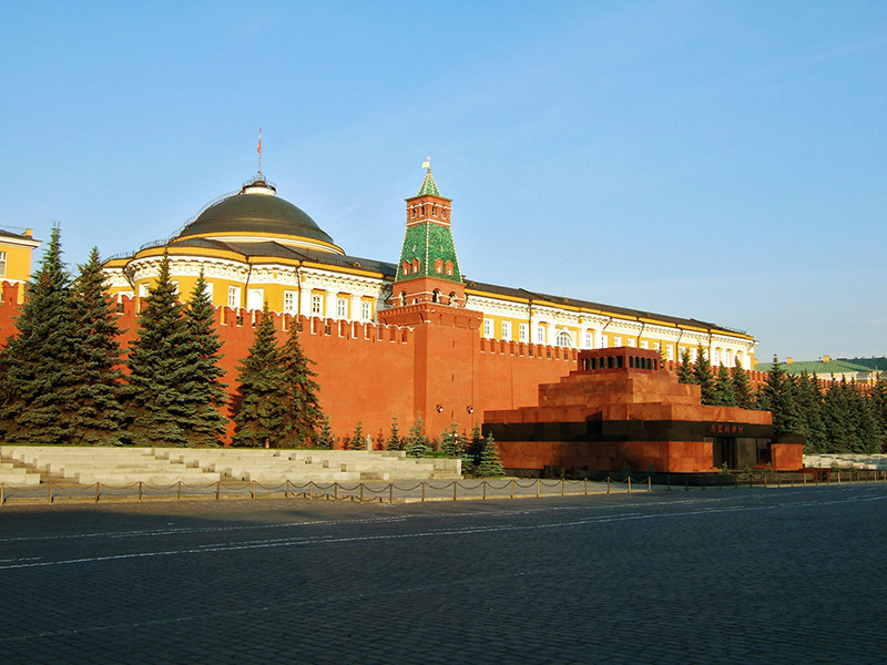 Сенатор Олег Морозов предложил альтернативное решение: никуда не перевозить тело вождя революции, а захоронить его прямо в Мавзолее на Красной площади. И установить там же еще один мемориал
