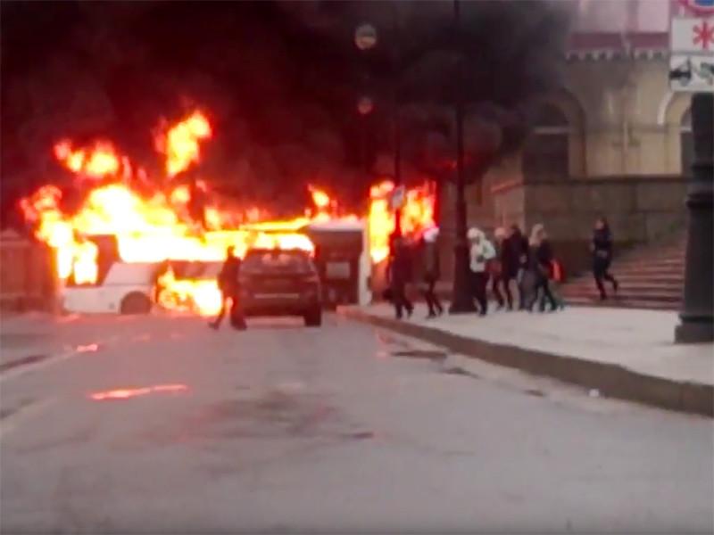 На Биржевой площади в Санкт-Петербурге утром 4 января загорелся пассажирский автобус