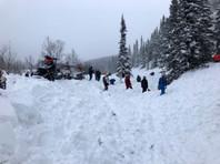 В Хакасии группа туристов на снегоходах попала под лавину. Два человека погибли, их тела уже достали из-под снега