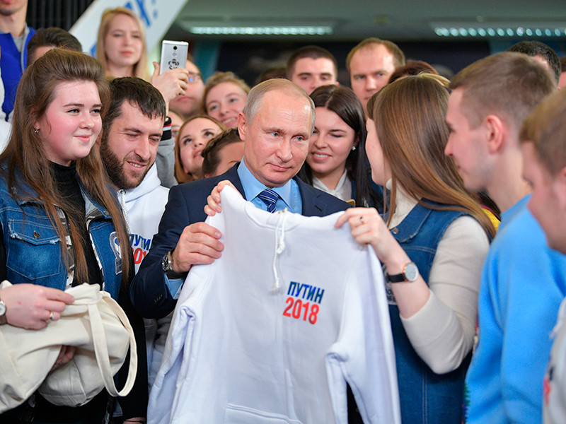 Путин пообщался с волонтерами в своем предвыборном штабе в Гостином дворе