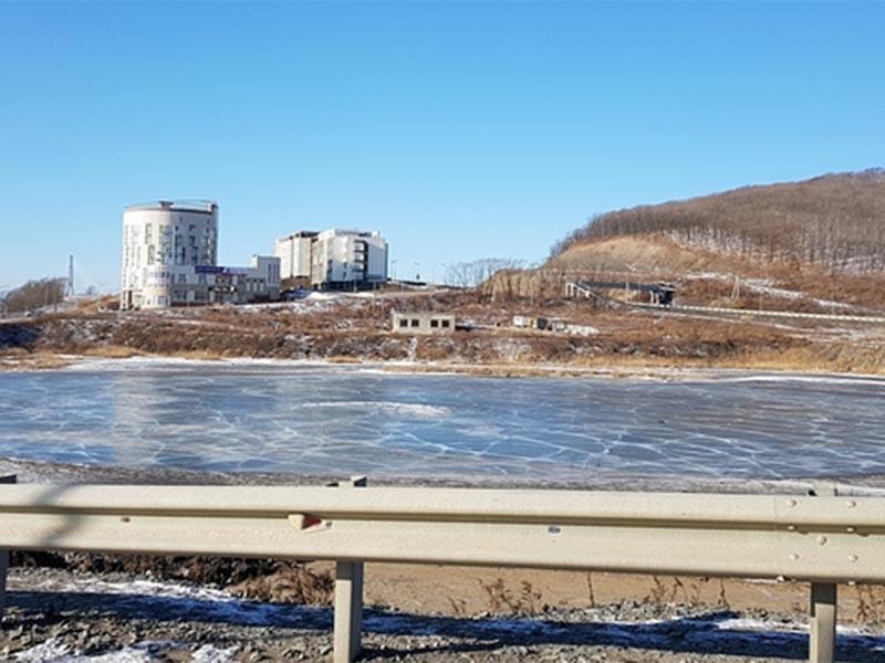 Жители Владивостока выбирают название для безымянного реликтового озера в районе бухты Патрокл. Среди предлагаемых вариантов - фамилия президента России Владимира Путина