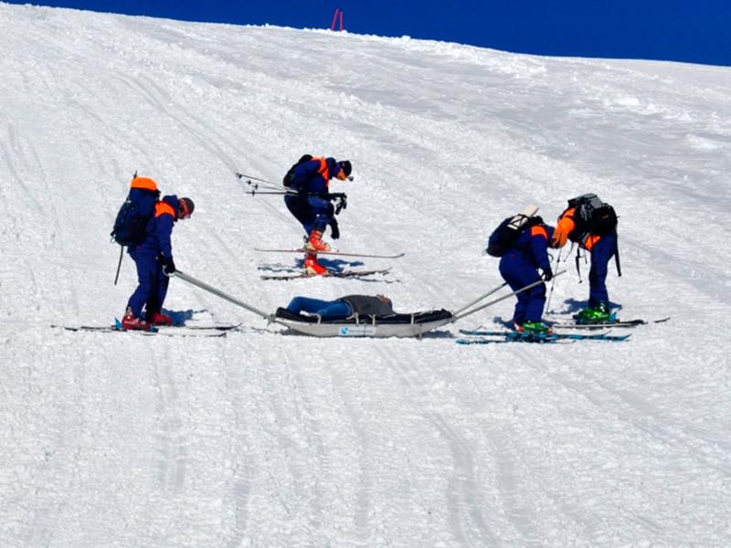 С Эльбруса спустили сорвавшегося альпинистра - по уточненной информации, он приехал из Кранодара. Спасатели доставили его на поляну Азау, где передали врачам скорой помощи для отправки в больницу