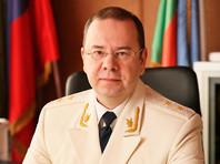 Денис Попов родился в 1972 году в Свердловске. В 2001 году окончил Российскую правовую академию министерства юстиции РФ. С 2015 года работал прокурором Хакасии