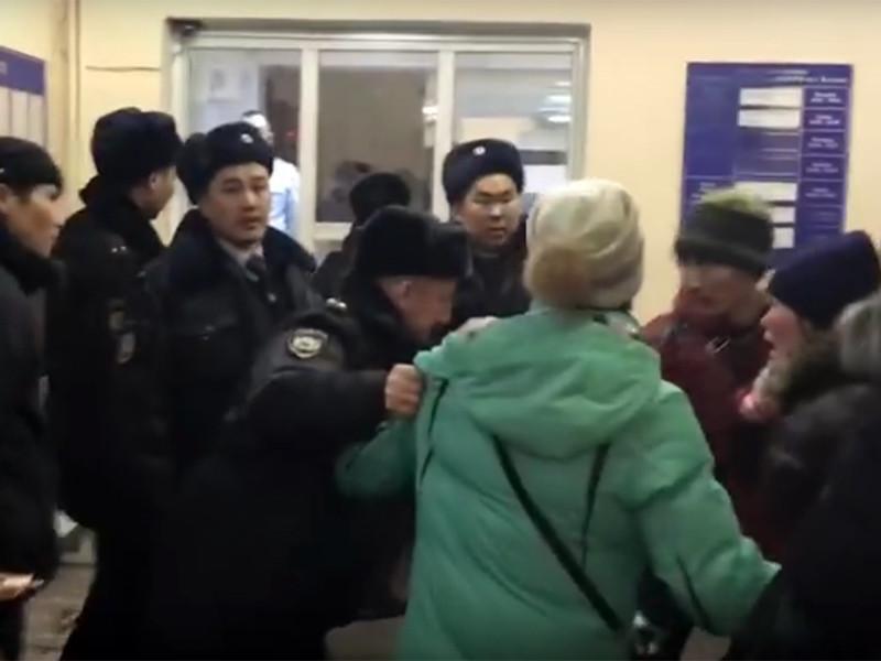 В Кызыле девять сирот, которые были задержаны после того, как они пришли в Агентство по делам детей и семьи с требованием предоставить жилье, положенное им по закону как воспитанникам детских домов, и остались там ночевать, до сих пор остаются под стражей