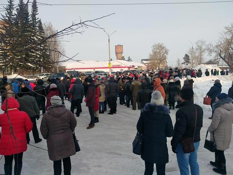 Глава администрации поселка Колывань Новосибирской области Алексей Дорофеев решил уйти в отставку после массового протеста, вызванного гибелью двух детей в вырытой коммунальщиками яме. Расследованием трагедии занялся Следственный комитет, заведено уголовное дело