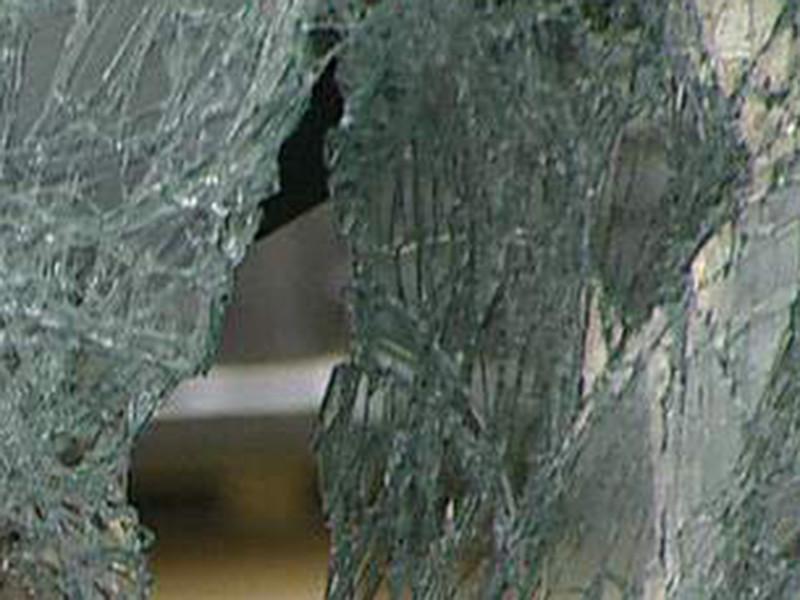 В Калуге конфликт полицейского и водителя дошел в рукоприкладства: в итоге страж порядка разбил в машине стекло и вытащил ее владельца