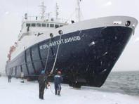 Во льдах Охотского моря по пути на Сахалин застрял теплоход со 127 пассажирами на борту