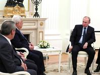 """На встрече с главой Палестинской администрации Махмудом Аббасом в Москве Путин говорил хрипло и извинился за то, что потерял голос. """"Простудился, но продолжает работать"""", - прокомментировал позже Песков"""