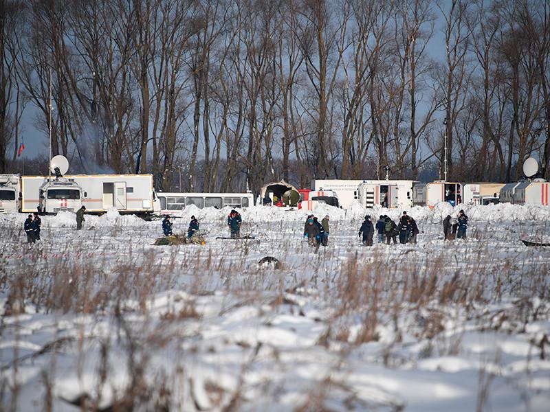 """Самолет Ан-148 """"Саратовских авиалиний"""" разбился в Раменском районе Подмосковья в минувшее воскресенье после вылета из """"Домодедово"""" в Орск. На борту находился 71 человек, все они погибли"""