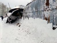 В Балашихе обрушилась крыша автостоянки, под снегом около 40 машин